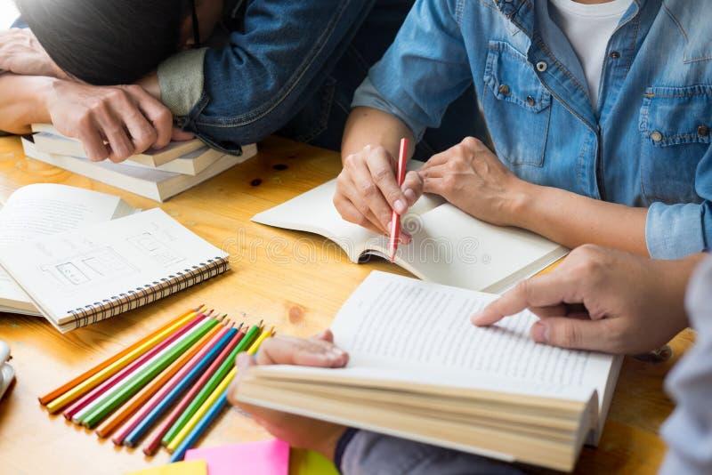 studenten die in studietienerjaren het jonge onderwijs bestuderen en brainstorming leren die hun onderwerp op boekenhandboeken be royalty-vrije stock fotografie