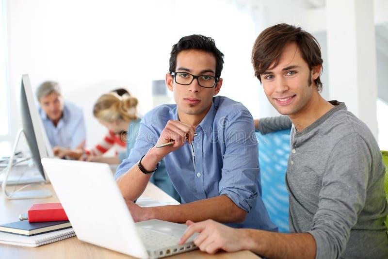 Studenten die in team aan laptop werken royalty-vrije stock foto