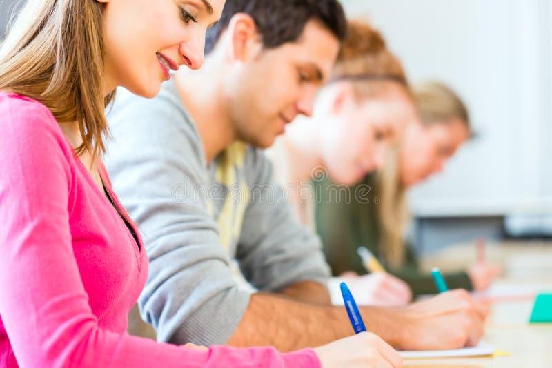 Studenten die test of examen schrijven royalty-vrije stock fotografie