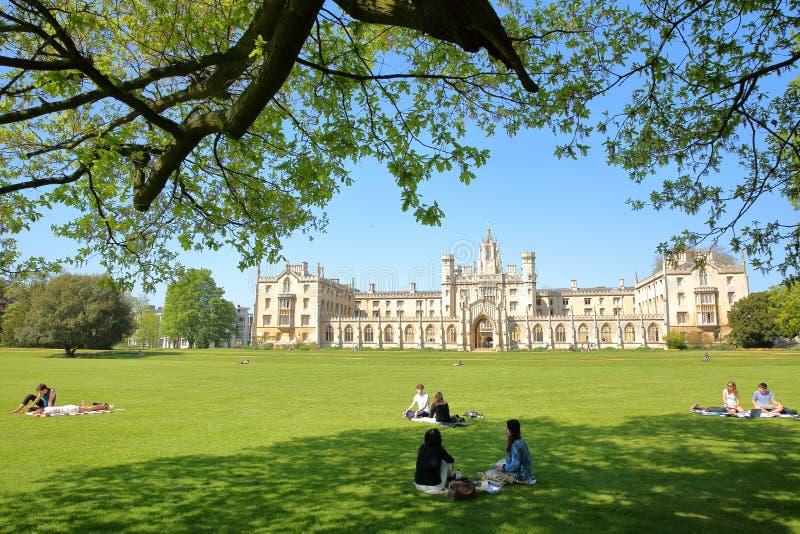 Studenten die van een zonnige dag in een Park genieten bij St John ` s Universiteitsuniversiteit met Nieuw Hof op de achtergrond royalty-vrije stock fotografie