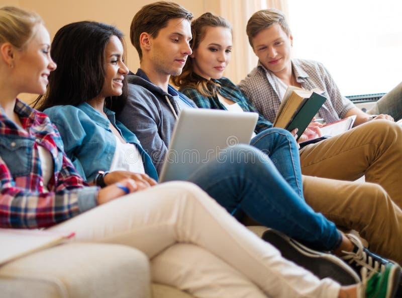 Studenten die voor examens voorbereidingen treffen royalty-vrije stock foto