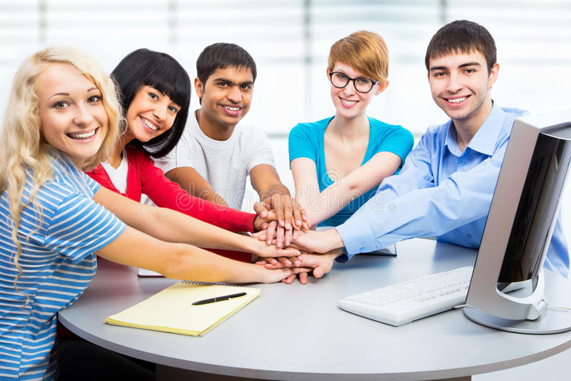 Studenten, die zusammen Einheit mit ihren Händen zeigen lizenzfreie stockfotografie