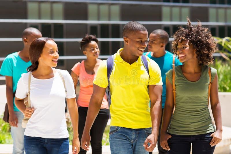 Studenten, die zusammen gehen stockbild