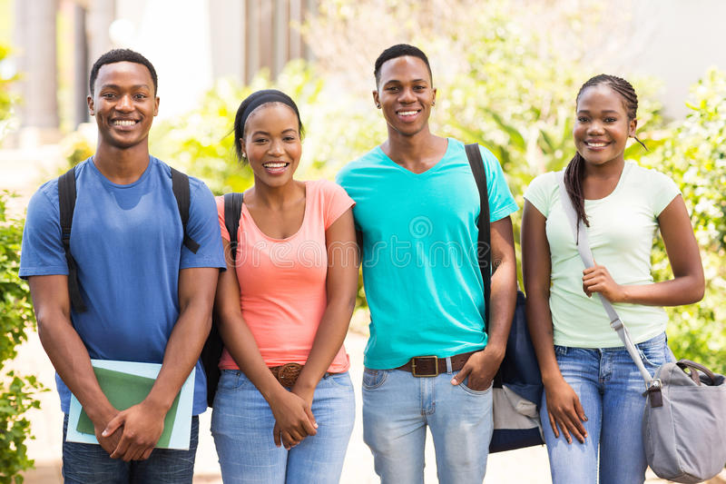 Studenten, die zusammen stehen lizenzfreie stockfotografie