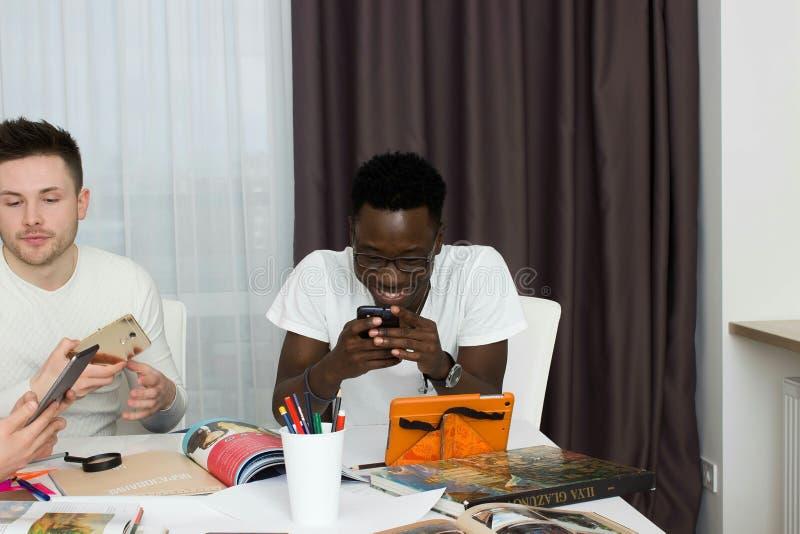 Studenten, die zusammen studing sind stockfotos