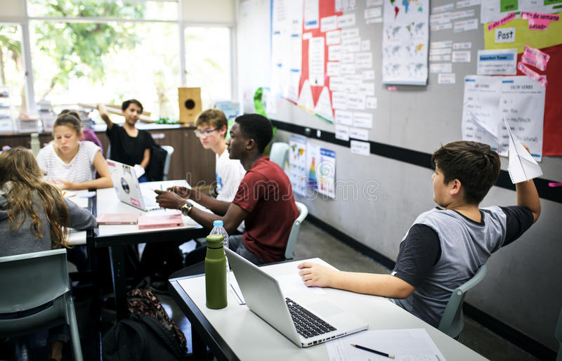Studenten e-leert met laptop in de klasse stock foto's