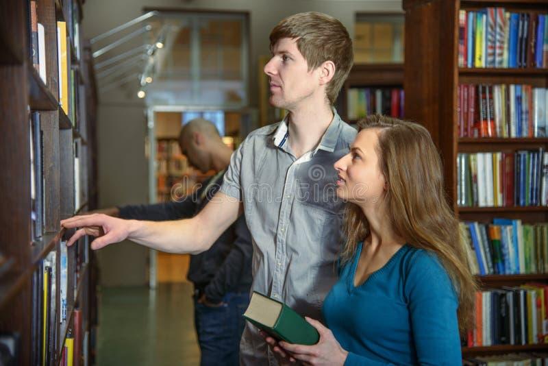 Studenten in een bibliotheek royalty-vrije stock foto's