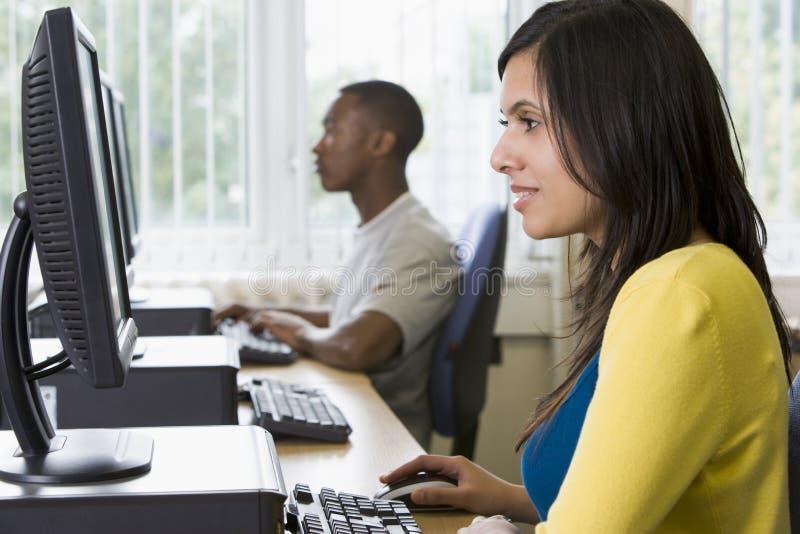 Studenten in een computerlaboratorium stock foto's