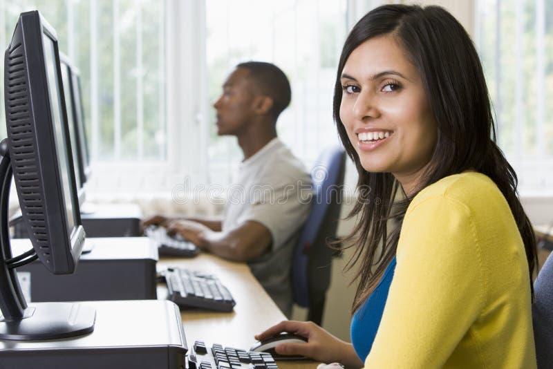 Studenten in een computerlaboratorium stock afbeeldingen