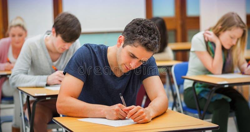 Studenten in een examen stock foto