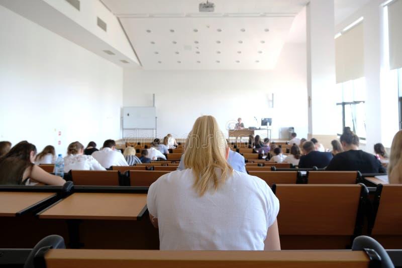 Studenten in een lezingstheater royalty-vrije stock afbeelding