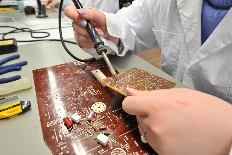 Studenten in elektrotechniek in het klaslokaal royalty-vrije stock afbeelding
