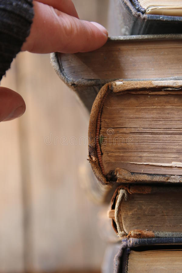 Studenten eller forskaren tar boken på en hylla i arkivet, mjuk fokus arkivbild