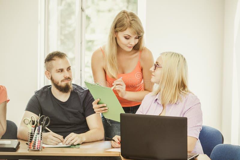 Studenten en leraarspriv?-leraar in klaslokaal royalty-vrije stock fotografie