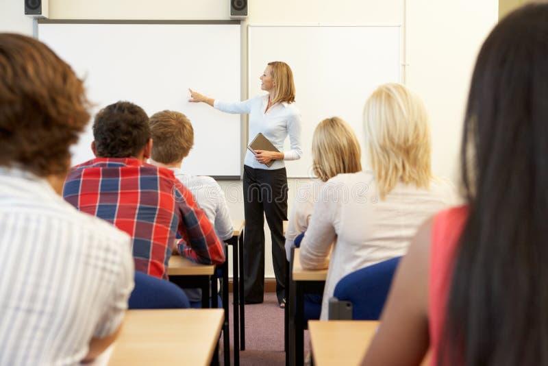 Studenten en privé-leraar in klasse stock fotografie