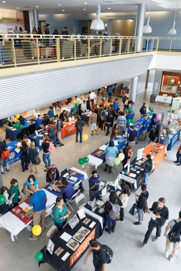 Studenten en Universiteitsvertegenwoordigers bij de Markt van de Overdrachtuniversiteit royalty-vrije stock foto's