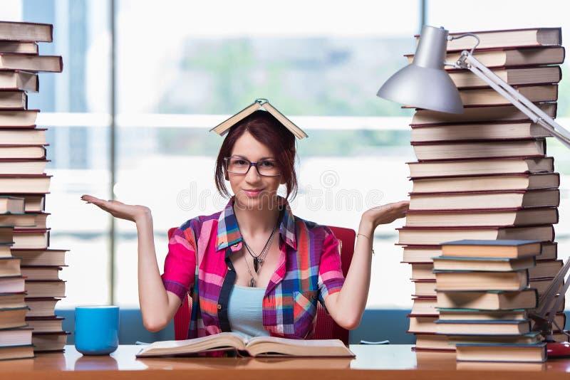 Studenten för ung kvinna som förbereder sig för högskolaexamina royaltyfria foton