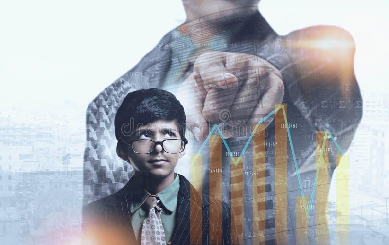Studenten-Geschäftsmann, der in Richtung zum Diagramm denkt und zeigt lizenzfreie stockfotos