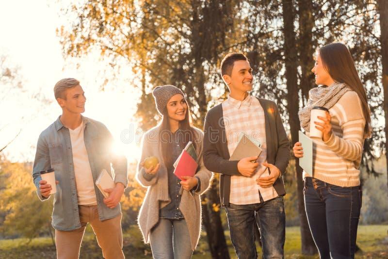 Studenten im Herbstpark stockfoto