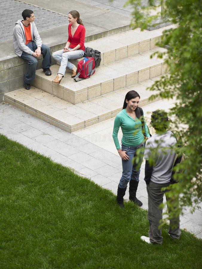 Studenten im Universitätsgelände lizenzfreie stockfotografie