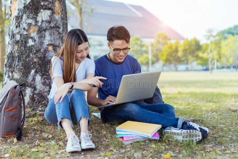 Studenten jonge Aziaat die samen laptop computer met behulp van royalty-vrije stock fotografie