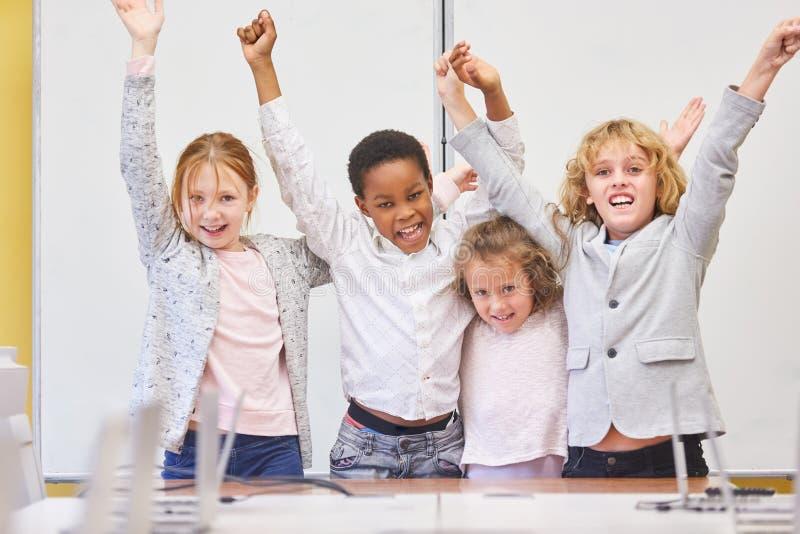 Studenten jubeln zusammen über einen Erfolg zu lizenzfreie stockfotos