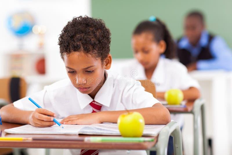 Studenten in klaslokaal stock afbeelding