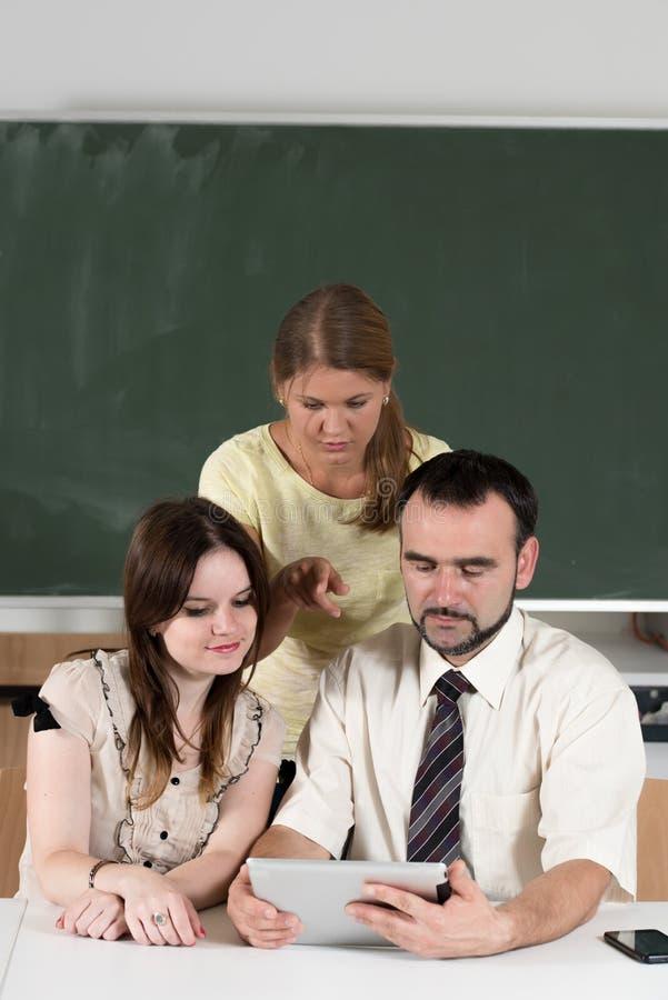 Studenten in klaslokaal met leraar stock foto's