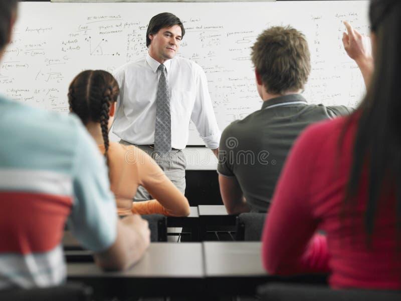 Studenten in Klaslokaal met Professor royalty-vrije stock fotografie
