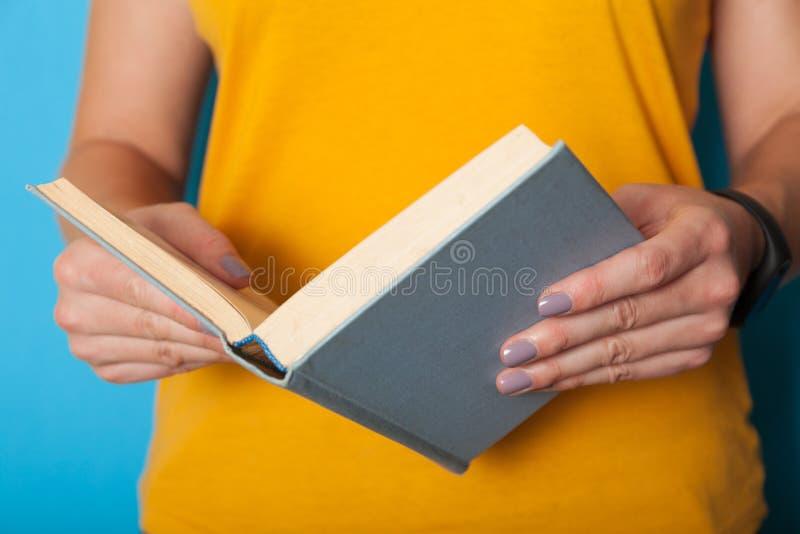 Studenten lär boken, ung klyftig mening Läst bokbegrepp royaltyfria bilder