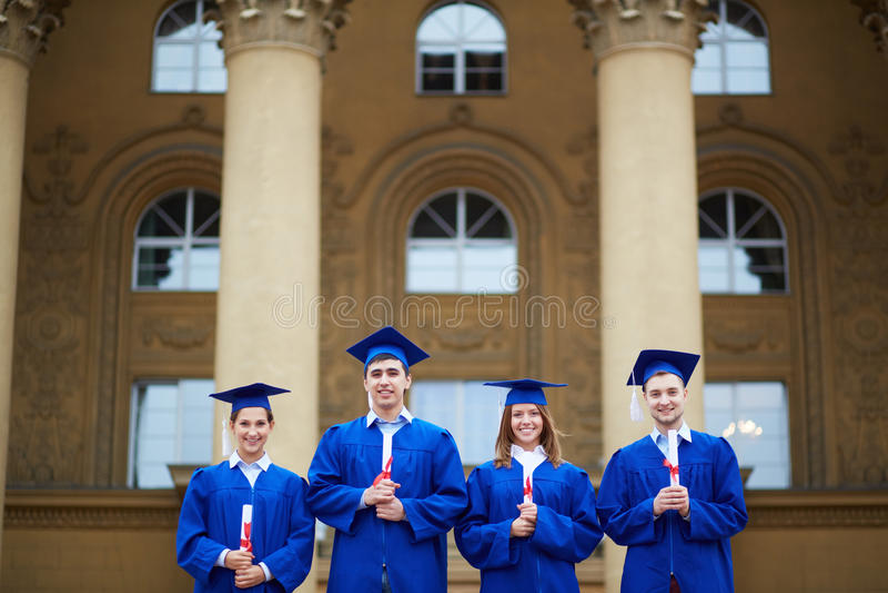 Studenten met diploma's stock foto's