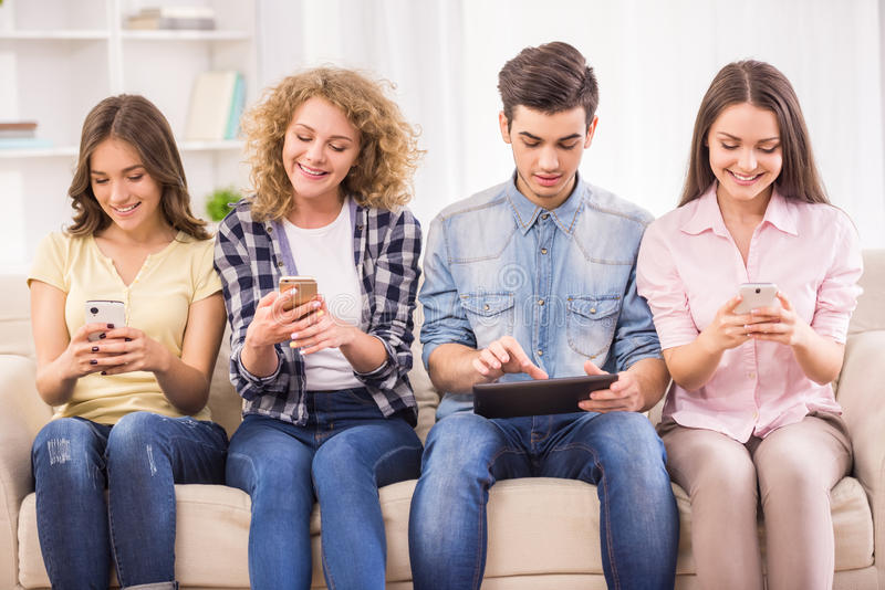 Studenten met gadgets royalty-vrije stock foto's