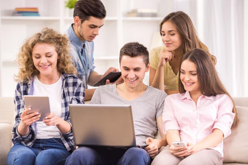 Studenten met gadgets royalty-vrije stock afbeelding