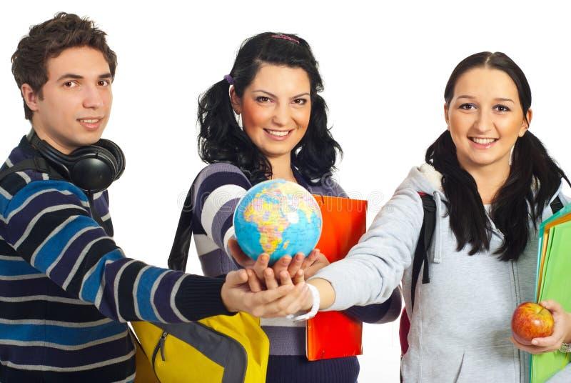 Studenten met handen die samen bol houden royalty-vrije stock foto's