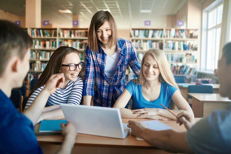 Studenten met laptop royalty-vrije stock afbeeldingen