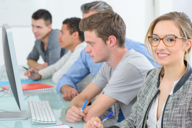 Studenten mit Computer studierend an der Schule lizenzfreies stockfoto