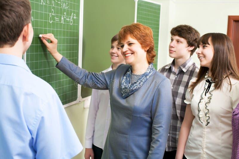 Studenten mit einem Lehrer lizenzfreies stockbild