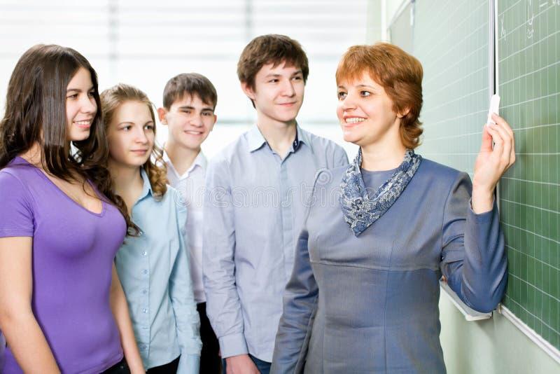 Studenten mit einem Lehrer lizenzfreies stockfoto