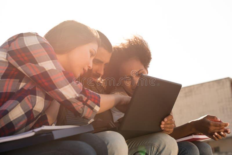Studenten mit Laptop im Campus lizenzfreie stockfotos