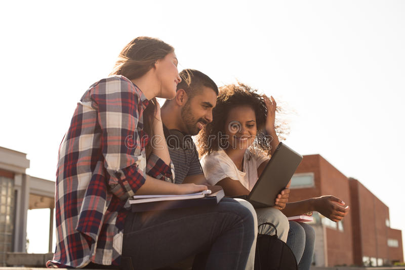 Studenten mit Laptop im Campus stockfotos