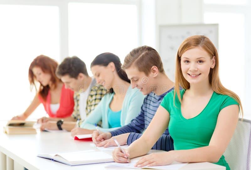 Studenten mit Lehrbüchern und Büchern in der Schule stockbild