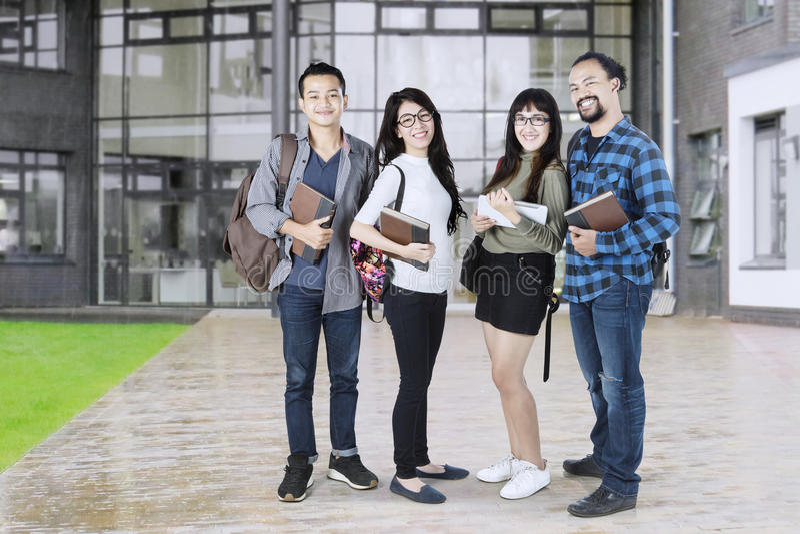 Studenten nahe dem Campusgebäude lizenzfreies stockfoto