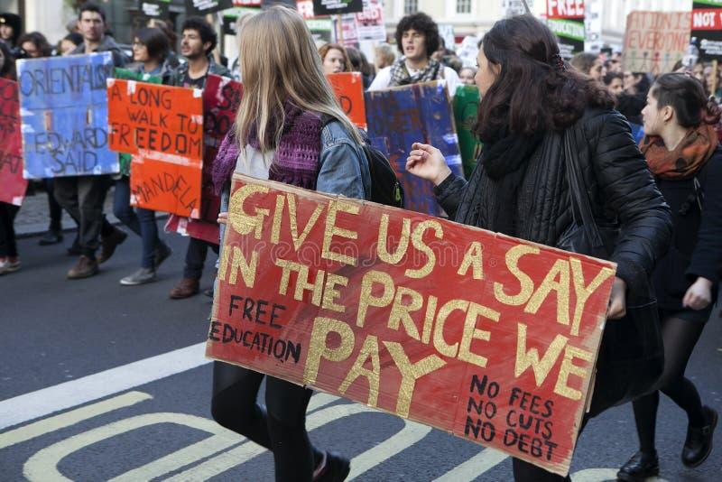 Studenten nehmen an einem Demonstrationszug gegen Gebühren teil lizenzfreie stockfotos