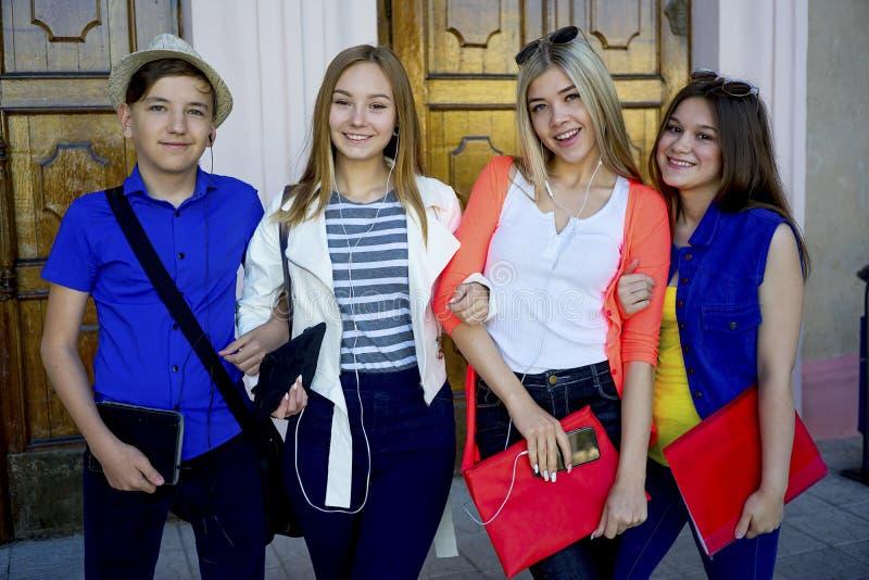Studenten op campus stock foto
