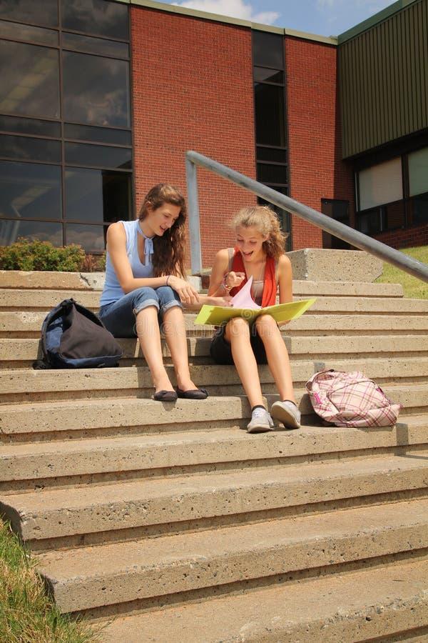 Studenten op school stock fotografie