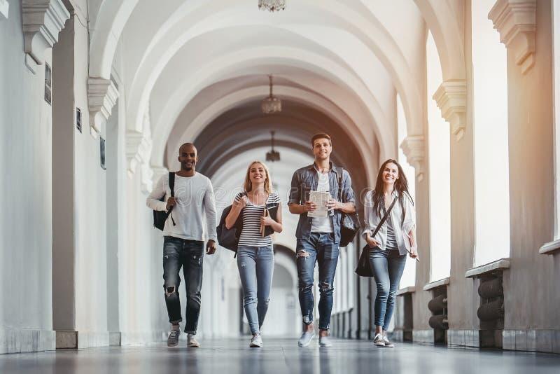 Studenten op universiteit royalty-vrije stock foto's