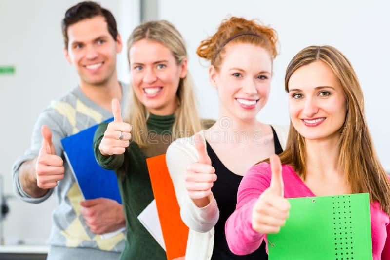 Studenten overgegaan onderzoek stock fotografie