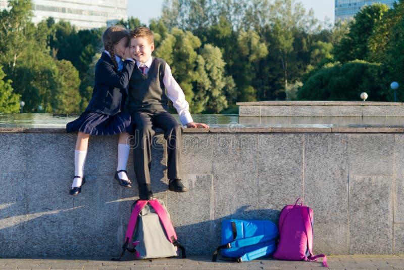 Studenten sagen Geheimnissen miteinander, das Verhältnis eines Mädchens lizenzfreie stockfotos
