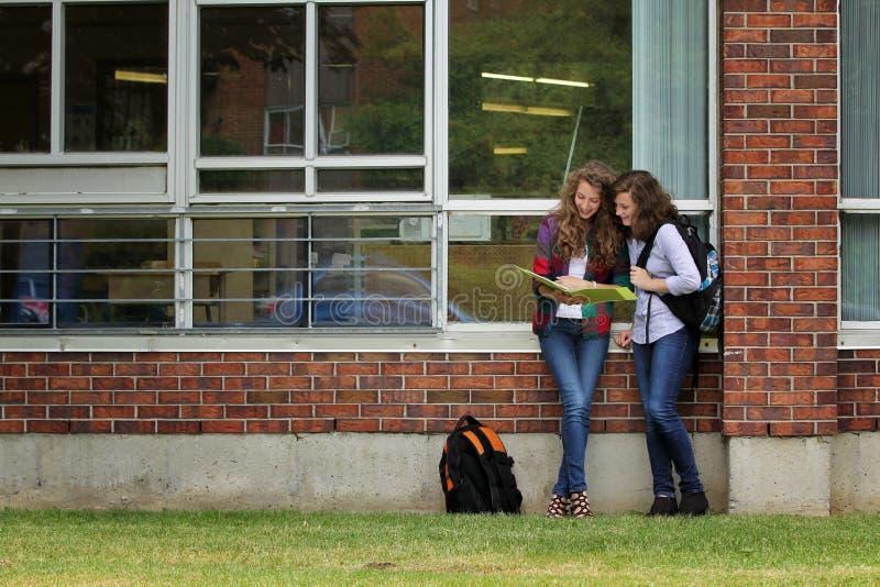 Studenten tegen een muur royalty-vrije stock afbeeldingen