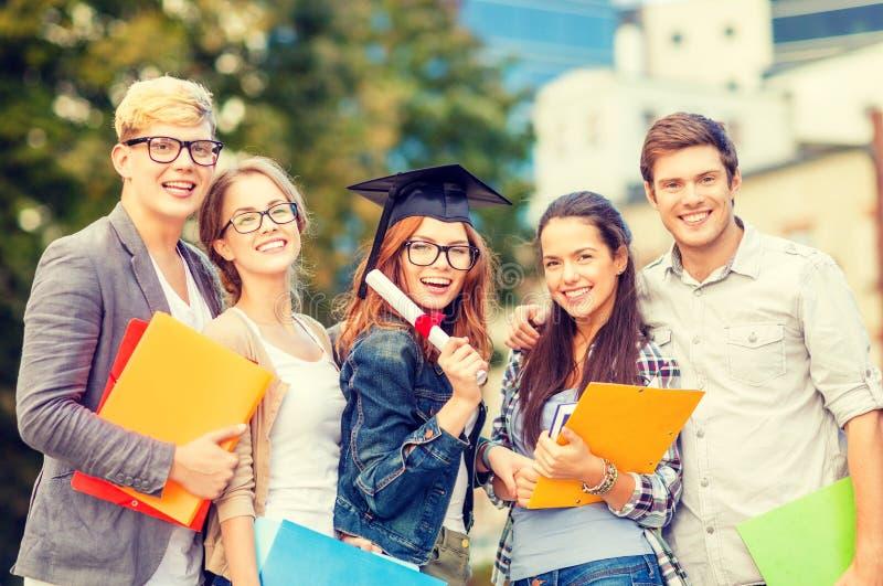 Studenten of tieners met dossiers en diploma royalty-vrije stock foto's